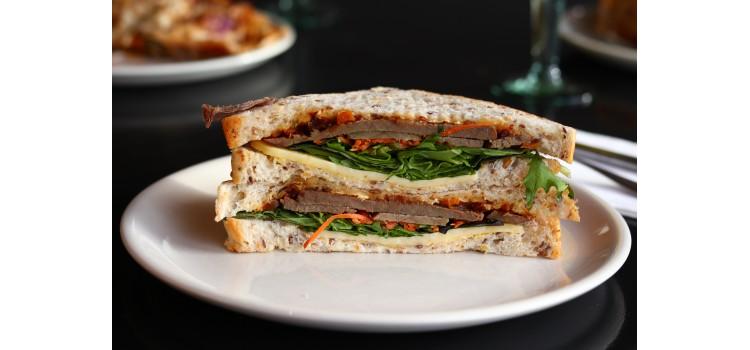 Mueren tres personas por comer sándwiches de pollo infectados con listeria en Reino Unido